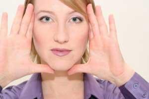 Выполнение упражнений для лицевых мышц
